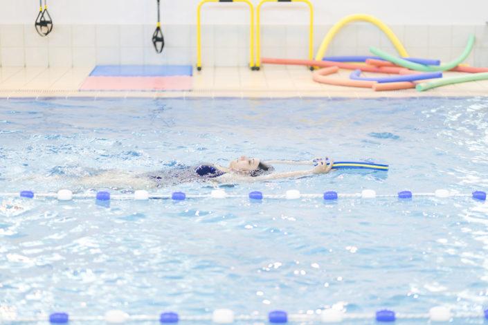 Κολύμπι στην πισίνα