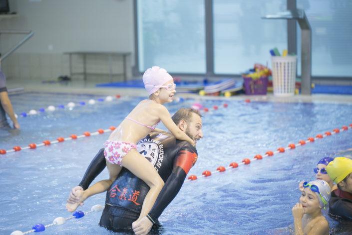 Τα παιδιά μαθαίνουν να κολυμπούν όλα τα στυλ κολύμβησης (ελεύθερο, ύπτιο, πρόσθιο, πεταλούδα)