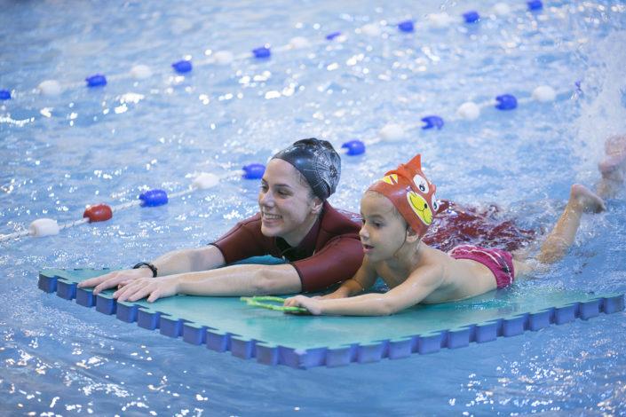 Στις ακαδημίες κολύμβησης έχουμε αναπτύξει ένα πρόγραμμα εκμάθησης κολύμβησης για προσχολική ηλικία που βασίζεται στο παιχνίδι!