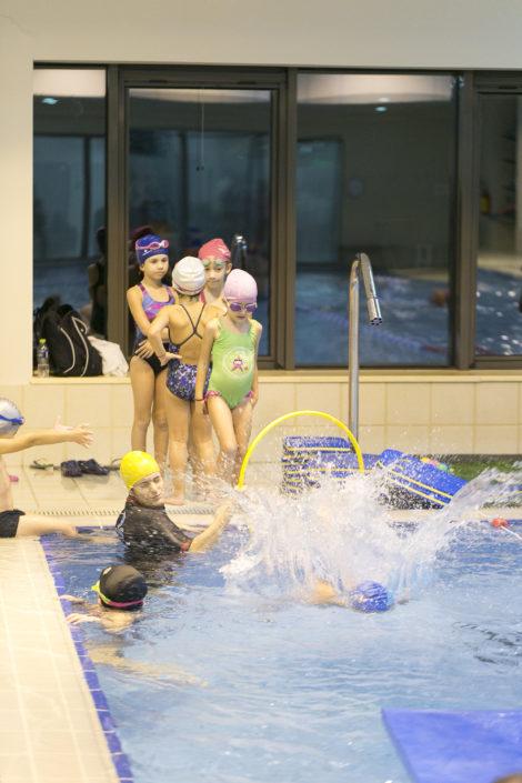 Βουτιές στην πισίνα του κολυμβητηρίου της EUROMEDICA-Αρωγής από τις ακαδημίες κολύμβησης του Ιχθύ